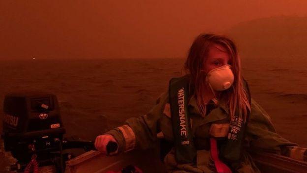 آتش سوزی استرالیا: گردشگران و مردم در ساحل این کشور پناه گرفتند، دود قرمز در منطقه خطر (