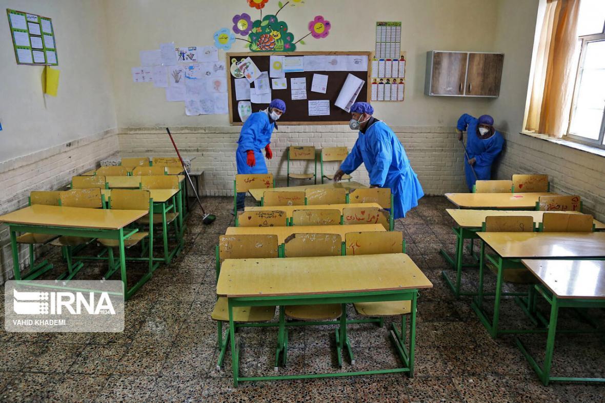 خبرنگاران مدارس نقده برای مقابله با کرونا ضدعفونی شد