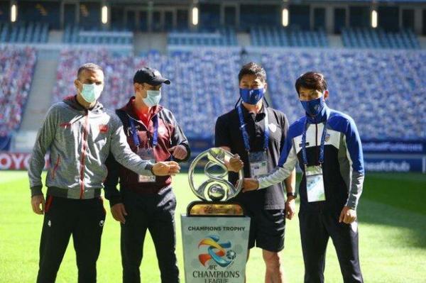 عکس یادگاری سرمربی و کاپیتانهای پرسپولیس و اولسان با جام قهرمانی