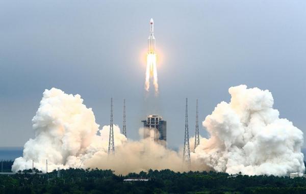 بخشی از موشک غول پیکر چین در حال سقوط کنترل نشده به سمت زمین است